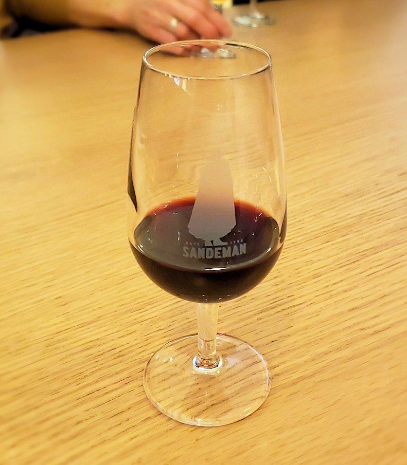 ポルトの街にある老舗ポートワイン・メーカーの「SANDEMAN(サンデマン)」で、見学の最後にお楽しみのワイン試飲で飲んだ赤ワイン