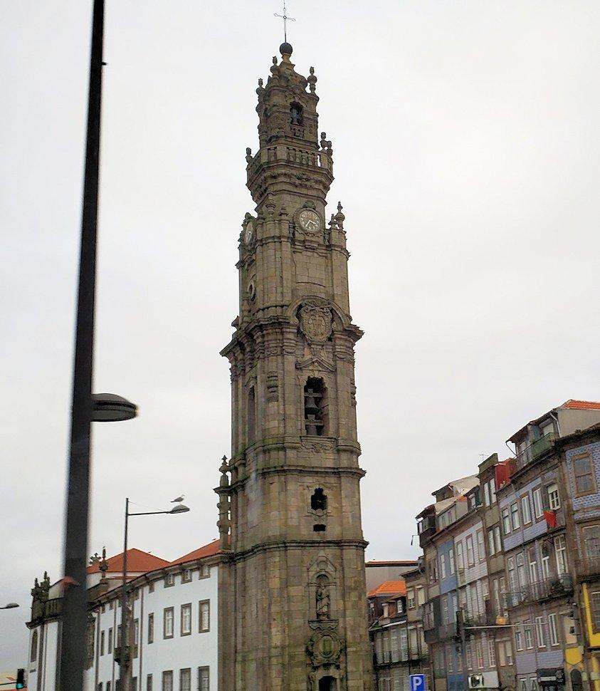 ポルトの街にある、一番高い建物のクレリゴス教会が見える