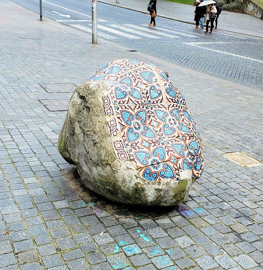 ポルトの街にあった、アズレージョのタイルが取り付けられた岩