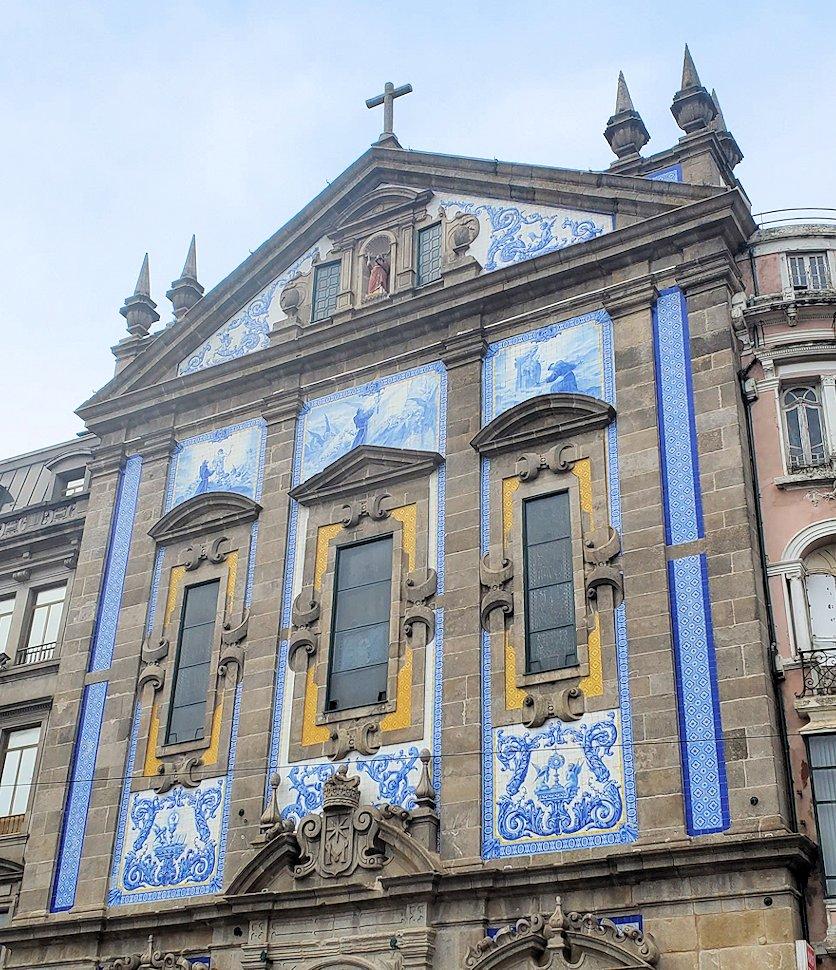 ポルトのサンベント駅近くにある、教会の正面ファザートがこのようにアズレージョのタイルで綺麗に装飾されているサント・アントーニオ・ドス・コングレガードス教会