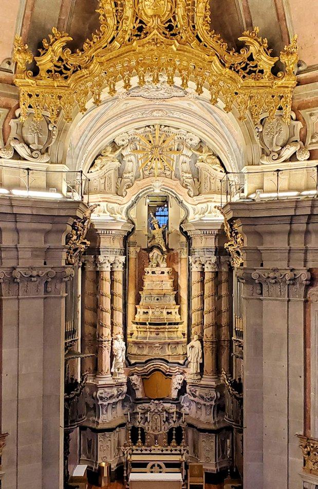 ポルトの街にある、一番高い建物のクレリゴス教会の中にあった主祭壇の写真