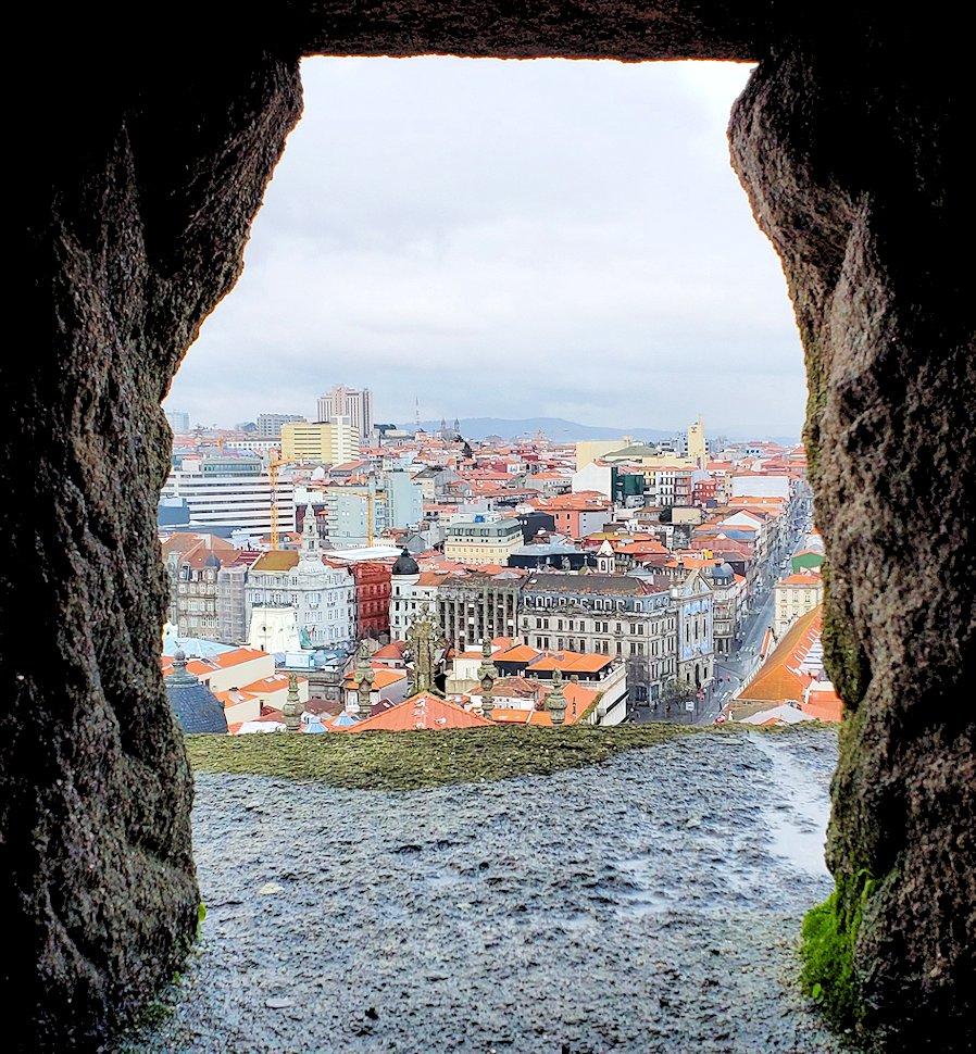 ポルトの街にあるクレリゴス教会の鐘楼を登る途中に見えた景色です!