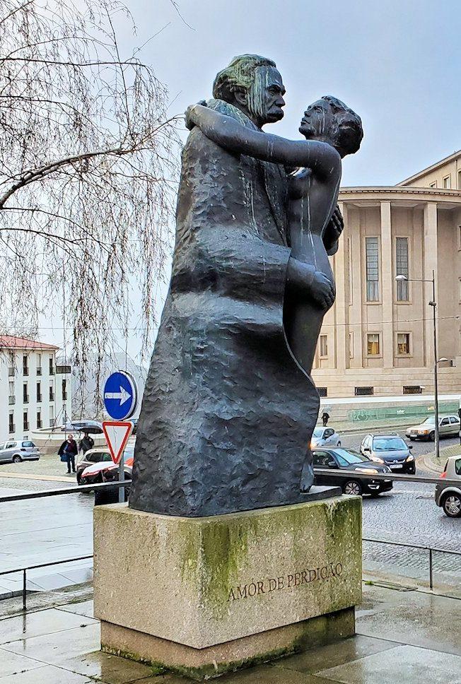 ポルトの歴史地区である旧市街地に銅像が建てられていた、カミロ・カステロ・ブランコ(Camilo Castelo Branco)というポルトガルの歴史的な作家