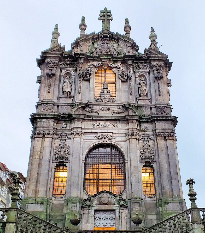 ポルトの街にある、一番高い建物のクレリゴス教会、その正面ファザードの写真です!