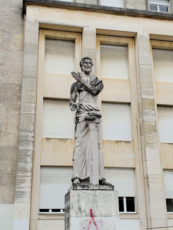 ポルトガルの名門大学「コインブラ大学」の前に立っていた銅像