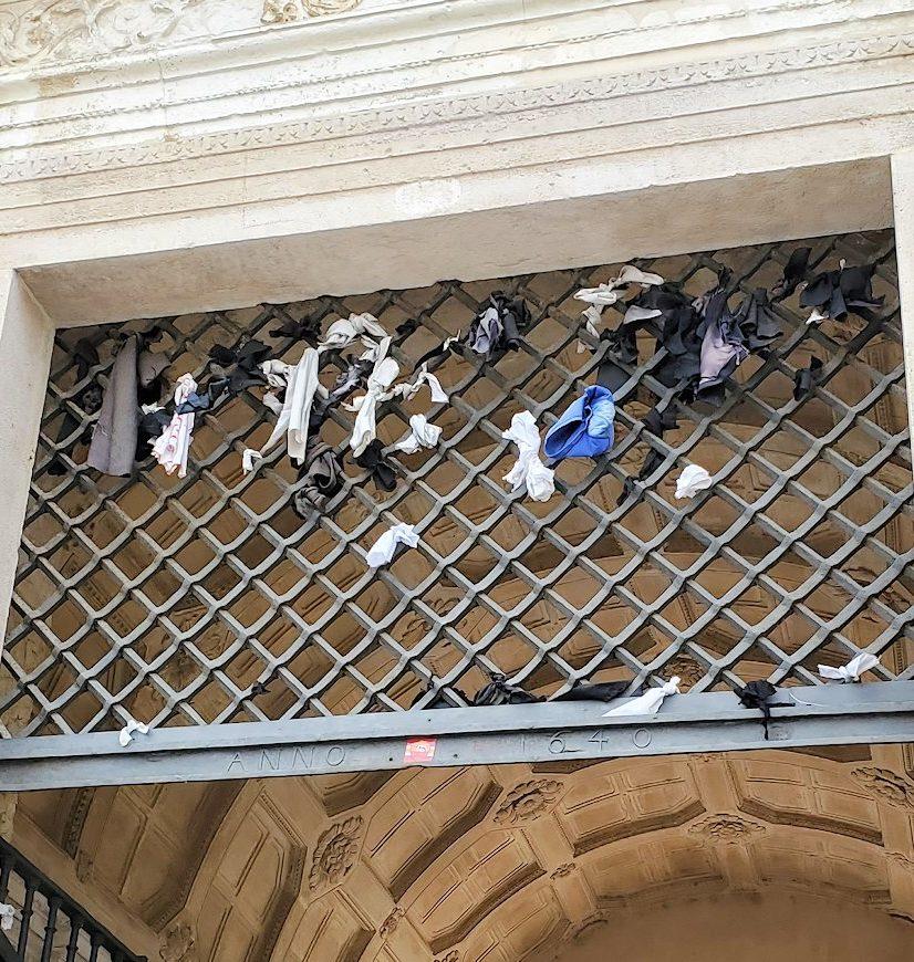 ポルトガルのコインブラ大学の正面にある「鉄の門」(Porta Férrea)に括られている、色とりどりな紐
