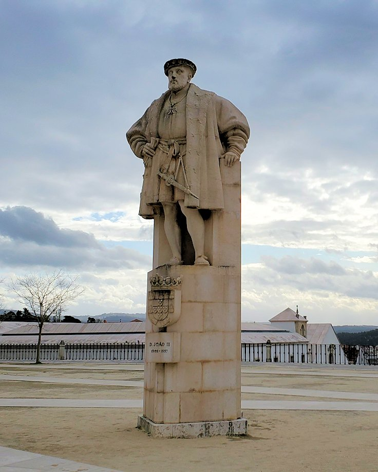 ポルトガルのコインブラ大学の旧校舎広場に建っている、大学が創立した当時のポルトガル国王だったジョアン3世(João Ⅲ)の像