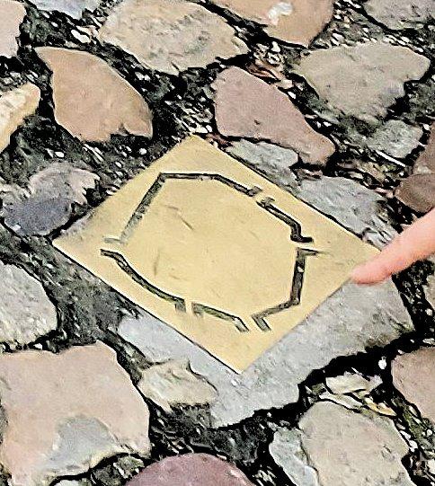 コインブラの街を取り囲む城壁が記されたレリーフが地面に埋め込まれている