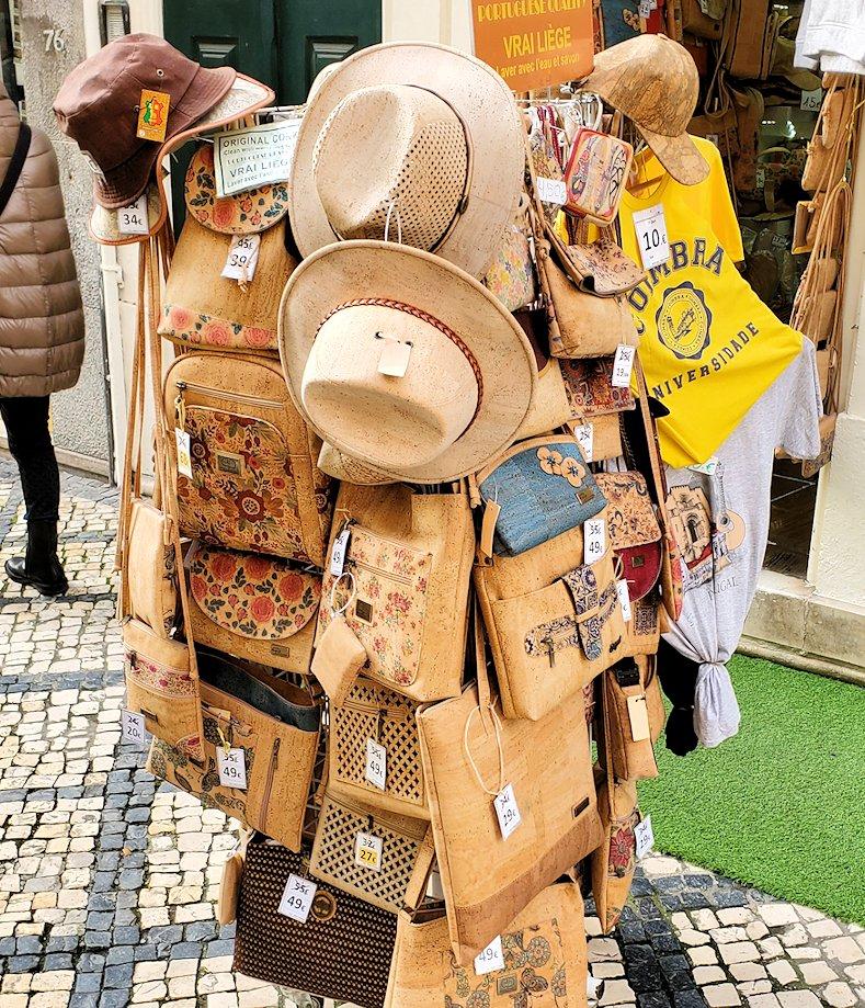 コインブラの市街地で売られていたコルク製品の品物