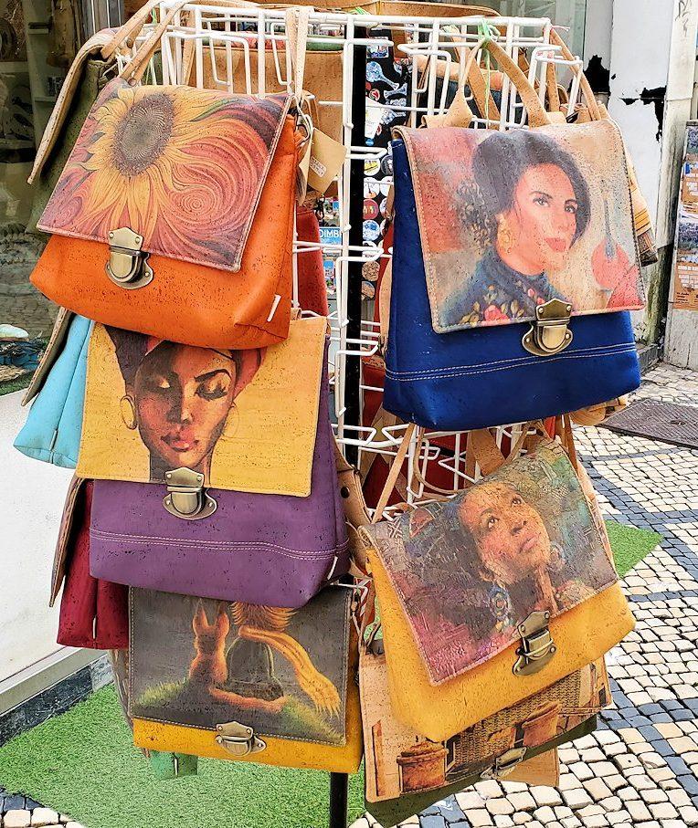 コインブラの市街地で売られていた、コルク製品のオシャレなデザインが入った品物