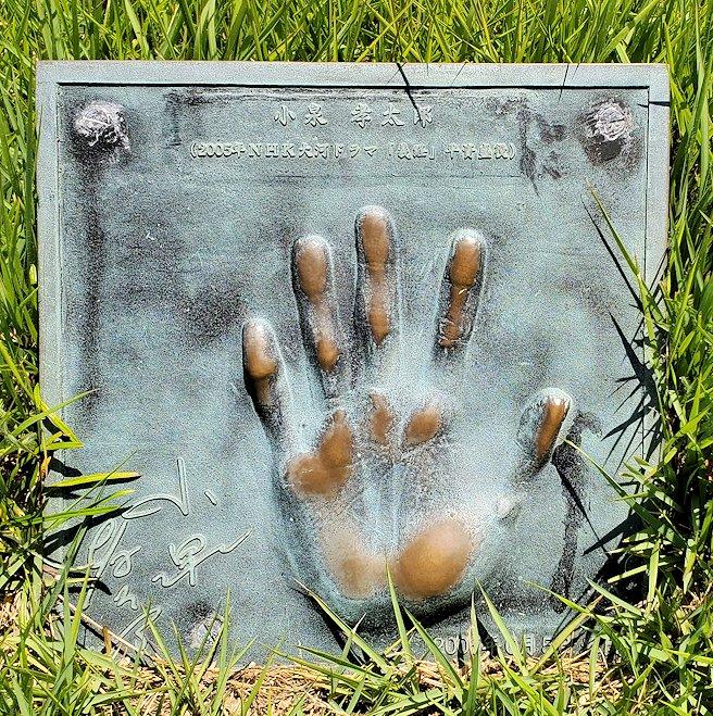 関門海峡の下関側にある「みもすそ川公園」の中に造られている、壇ノ浦の戦いの銅像などと一緒に展示されている手形。こちらは2004年に放送された大河ドラマ「義経」で平らの資盛の役を演じた小泉孝太郎の手形