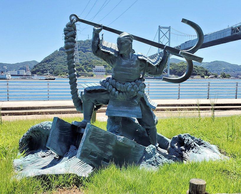 関門海峡の下関側にある「みもすそ川公園」の中に造られている、壇ノ浦の浦の戦いで平家側として戦った平知盛の銅像