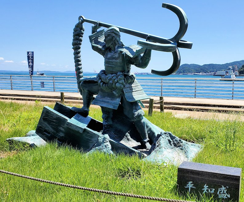 関門海峡の下関側にある「みもすそ川公園」の中に造られている、壇ノ浦の浦の戦いで平家側として戦った平知盛の銅像-2