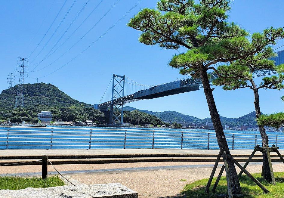 関門海峡の下関側から関門橋や九州側を眺める