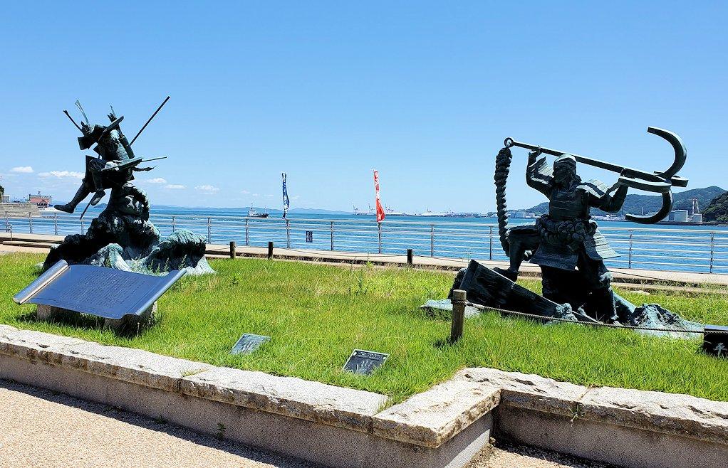 関門海峡の下関側にある「みもすそ川公園」の中に造られている、壇ノ浦の浦の戦いの像-2