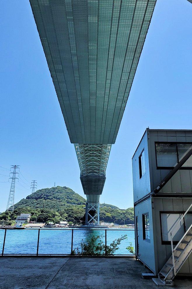 関門海峡の下関側から関門橋や九州側を眺めながら歩き、関門橋の真下から上を見上げる
