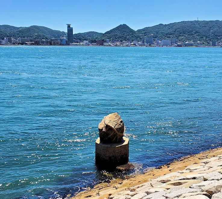 関門海峡の下関側から関門橋や九州側を眺めながら歩くと見えた水辺にある岩