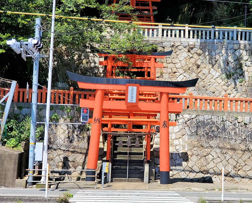 関門海峡の下関側から関門橋や九州側を眺めながら歩くと見えた立石稲荷大明神