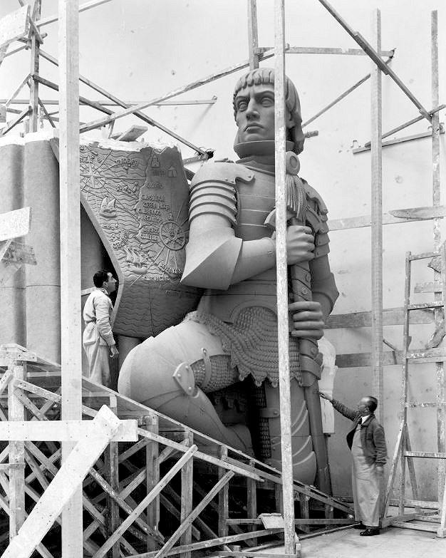作成中の航海エンリケ王子の像