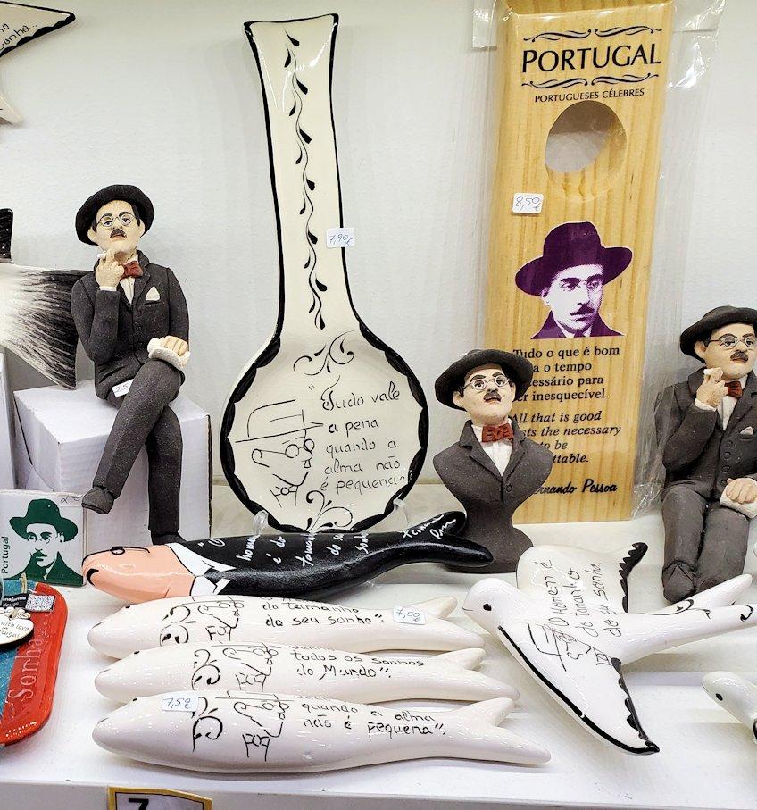 コインブラの街のお土産物屋さんでよく見かけた、「フェルナンド・ペソア(Fernando Pessoa)」という20世紀を代表する詩人がモチーフの置物