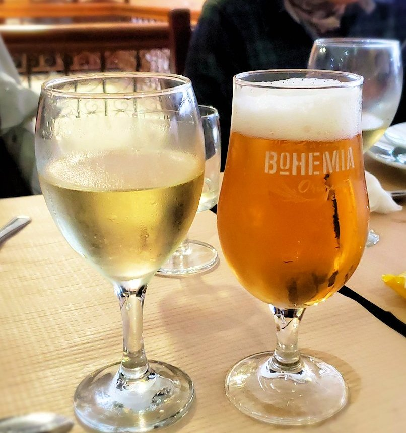 コインブラのレストランで飲んだ、ポルトガル名物の「グリーンワイン」と生ビール