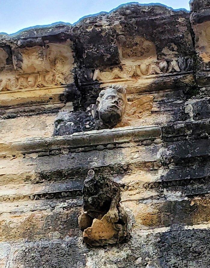 ポルトガルのトマール地区にある「トマールのキリスト修道院」の壁に掘られていた、男性の頭部の像