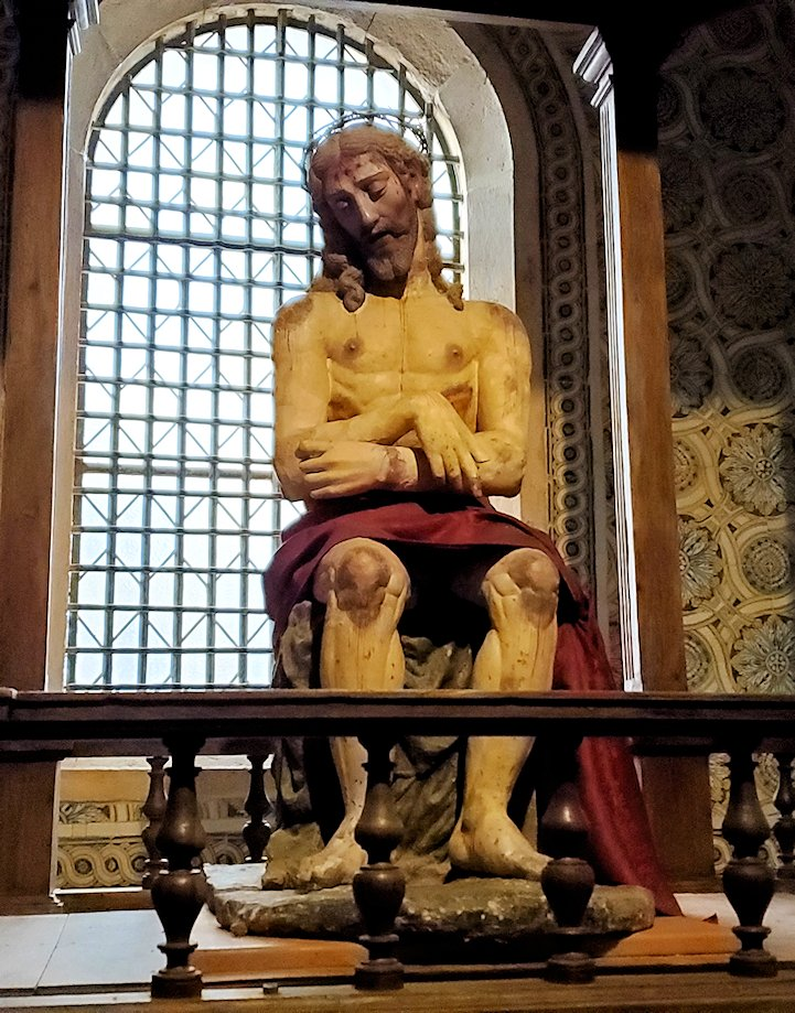 ポルトガルのトマール地区にある「トマールのキリスト修道院」の建物内に置かれていた、イエスキリストの像の写真