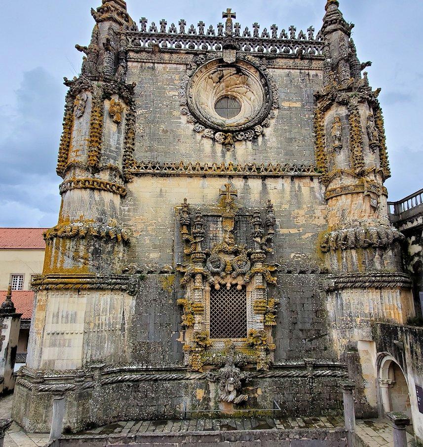 ポルトガルのトマール地区にある「トマールのキリスト修道院」内にある礼拝堂の建物を正面から見た写真