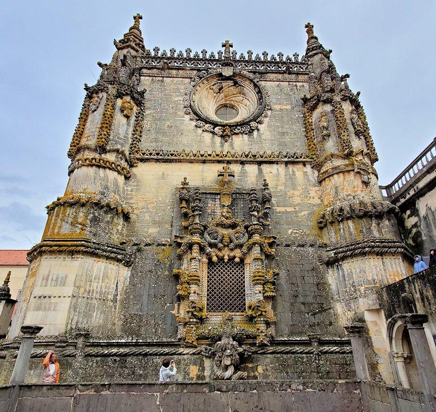 ポルトガルのトマール地区にある「トマールのキリスト修道院」内にある礼拝堂の建物を正面下から見た写真