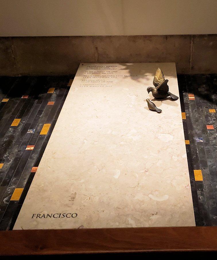ポルトガルの聖地ファティマの大聖堂内に置かれていた、石碑-2