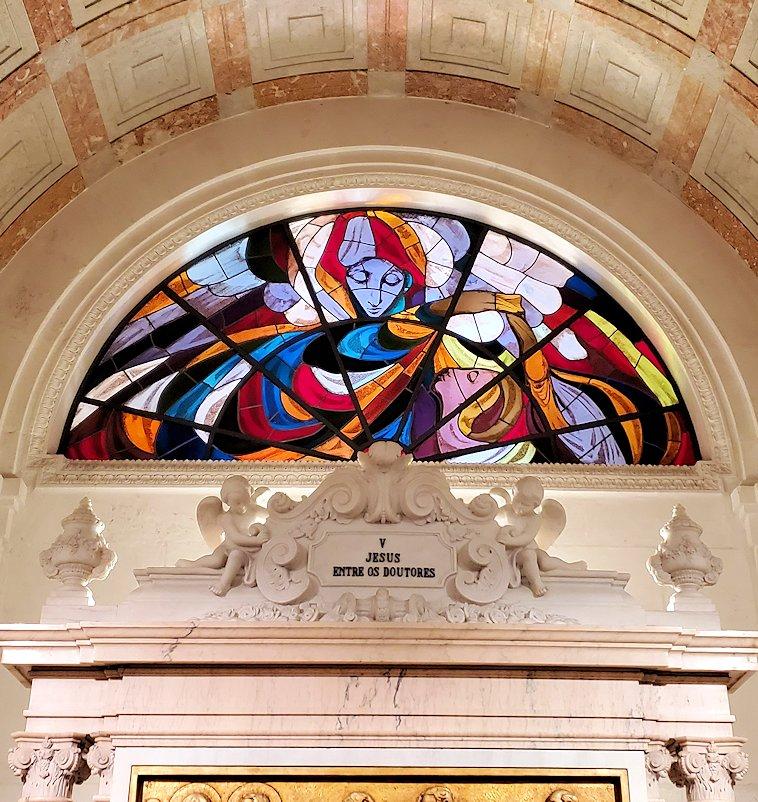 ポルトガルの聖地ファティマの大聖堂内にあったステンドグラスの1枚