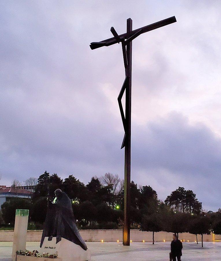ポルトガルの聖地ファティマの大聖堂前の広場に設置されていた、大きな十字架磔の像