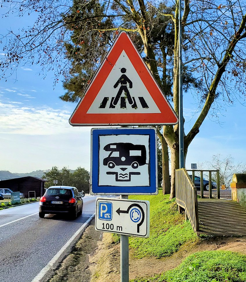 ポルトガルのオビドスという街に設置されていた道路標識を眺める