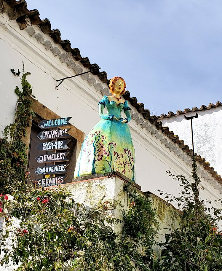 ポルトガルのオビドスという街の街中に設置されていた、王妃イサベルをイメージした展示物