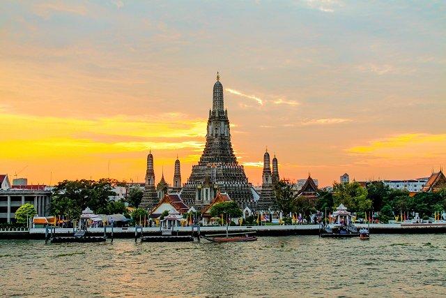 タイの首都バンコクでチャオプラヤー川越しに見えるワットアルンの景色