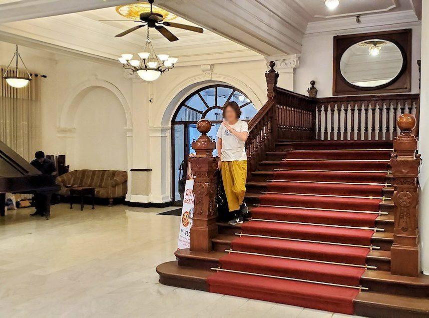 キャンディの街の中心部にある「クイーンズ・ホテル(Queens Hotel)」の正面階段で記念撮影する人