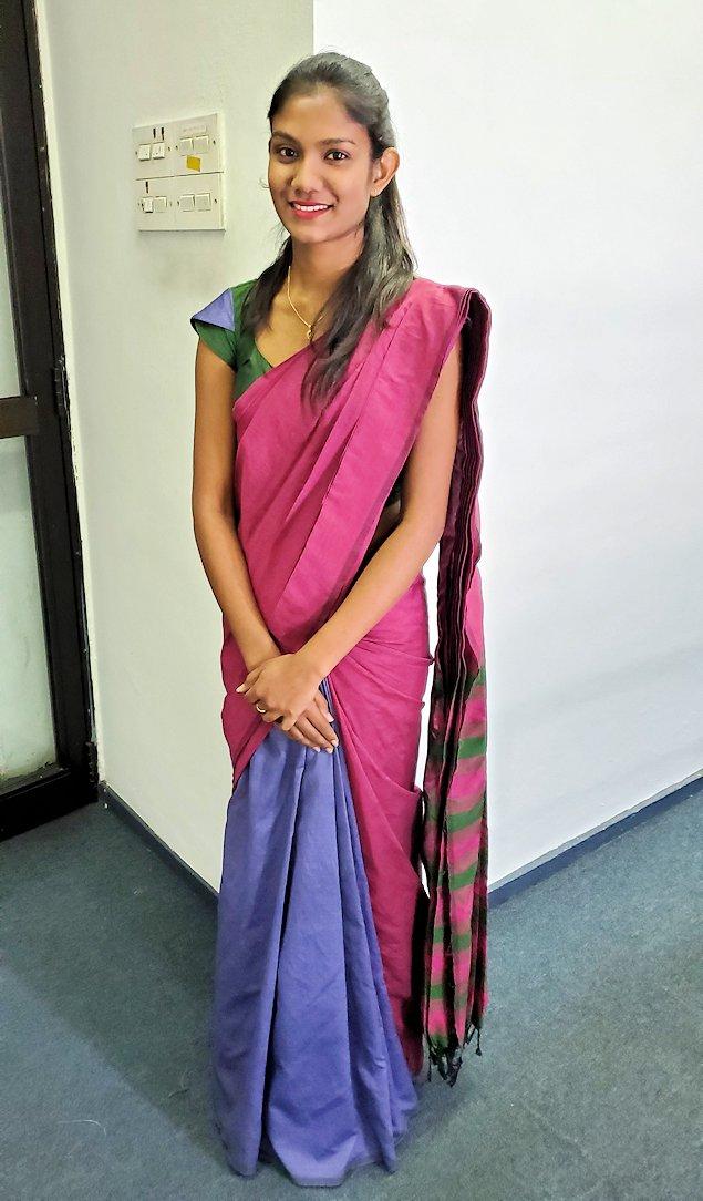 スリランカ女性が着るサリー