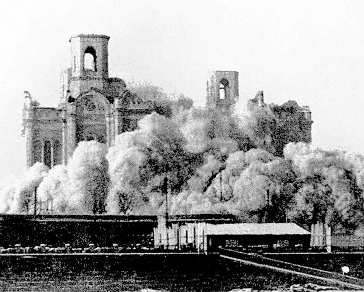 「救世主キリスト(ハリストス)大聖堂」(Храм Христа Спасителя)が1931年に爆破解体された時の写真