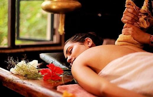 スリランカ伝統のアーユルヴェーダ(Āyurveda)を受ける女性の姿