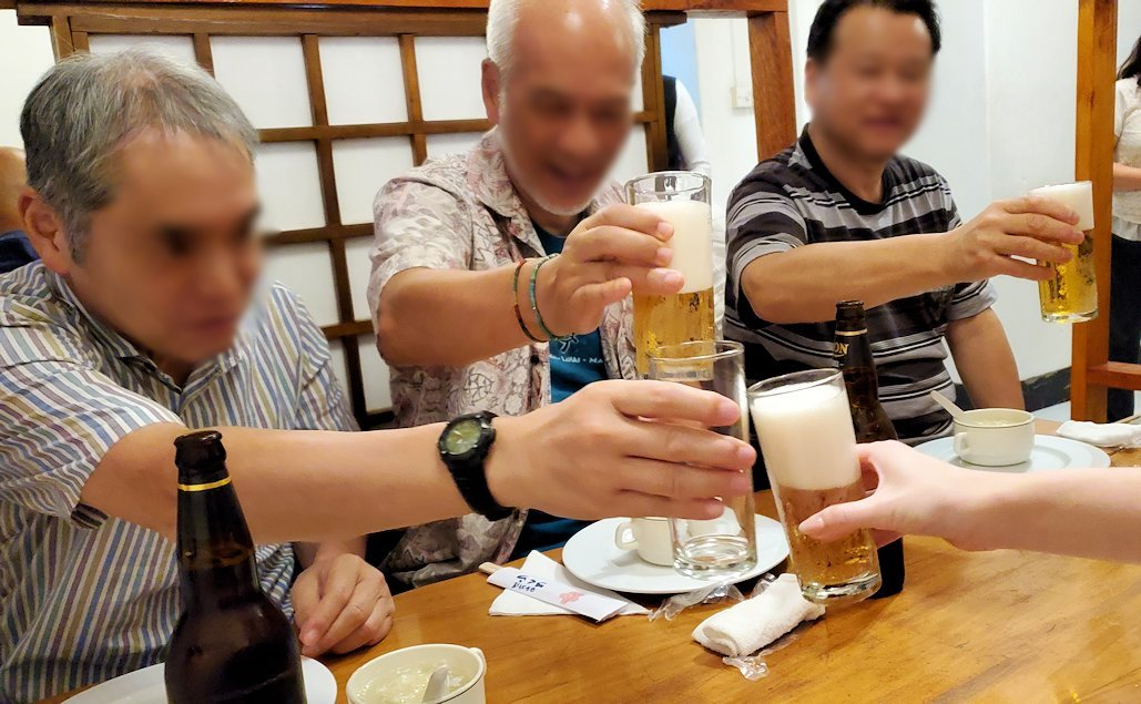 レストランの「SAKURA(さくら)」でみんなと乾杯