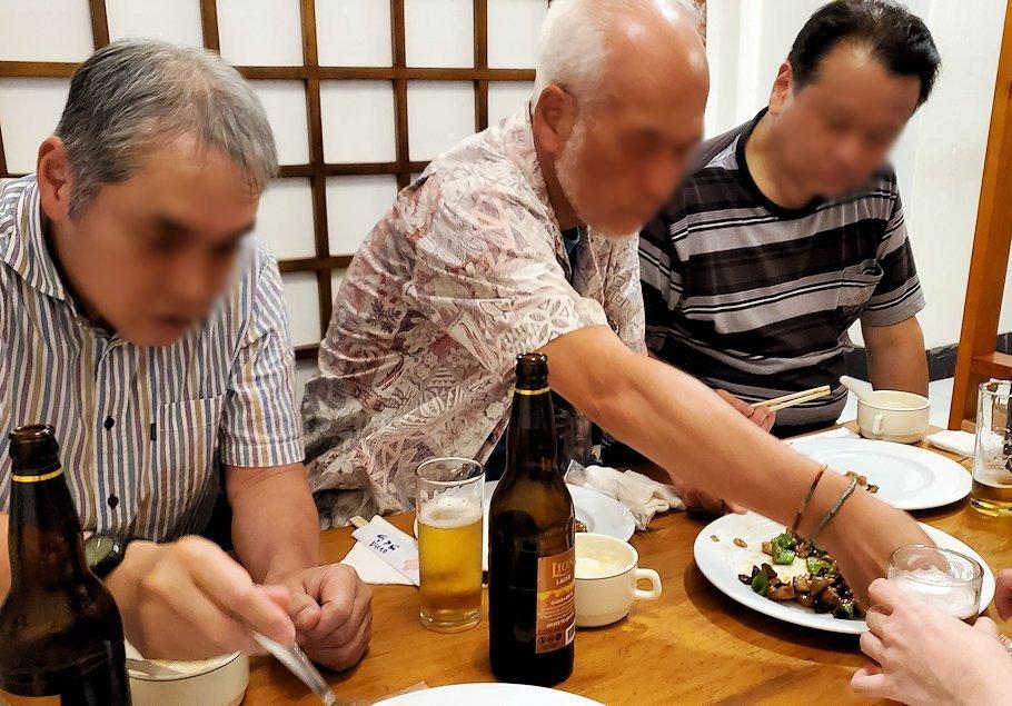 レストランの「SAKURA(さくら)」で出てきた中華料理を食べる人達