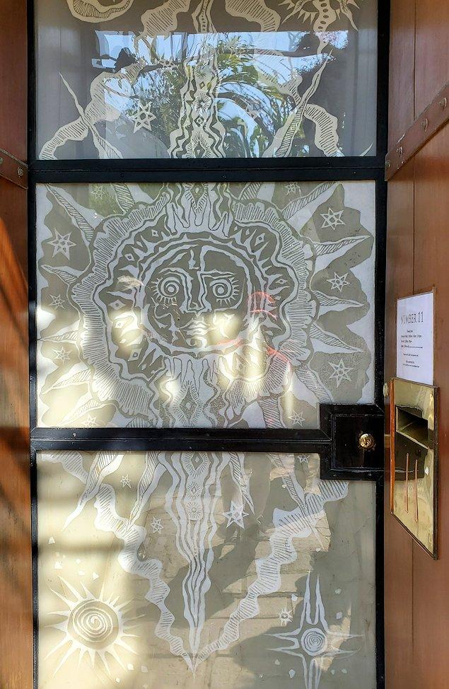 コロンボにある「ジェフリー・バワ」が事務所として使っていた建物の玄関に描かれた絵