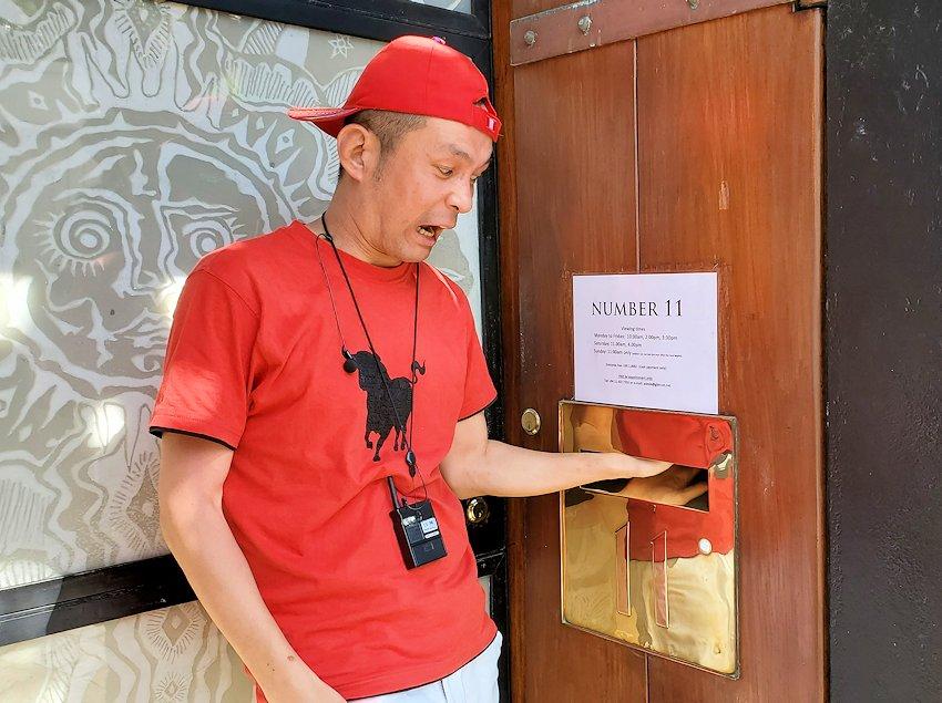 「ジェフリー・バワ」が事務所の玄関で遊ぶ男
