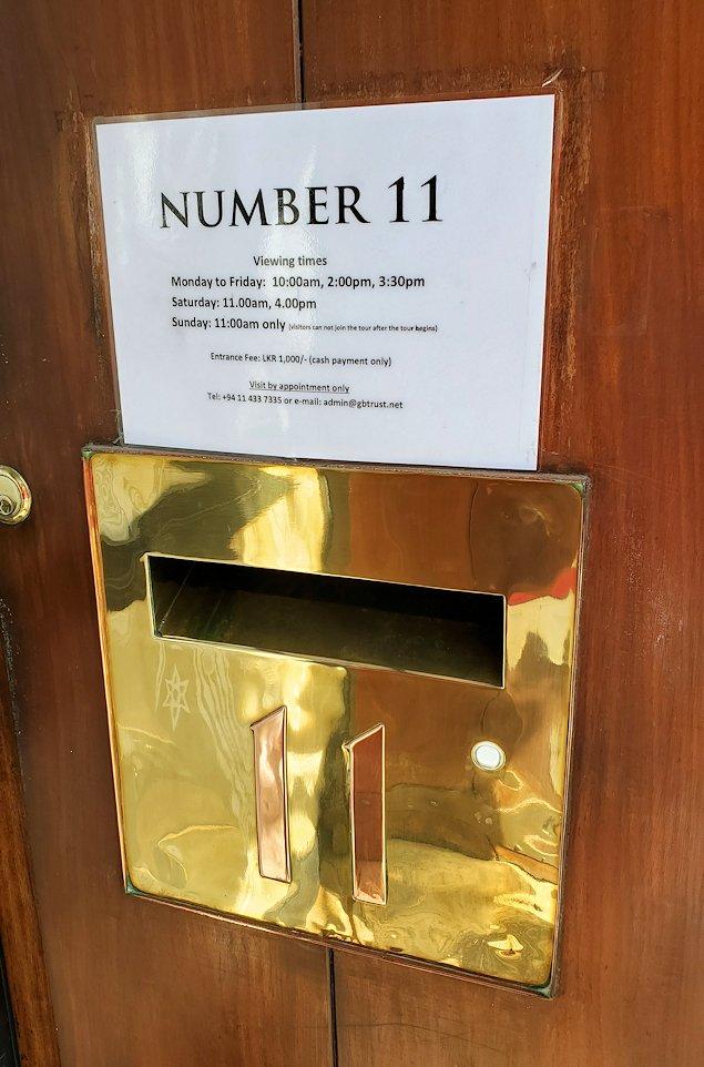 「ジェフリー・バワ」が事務所の玄関にある、ナンバー11のプレート