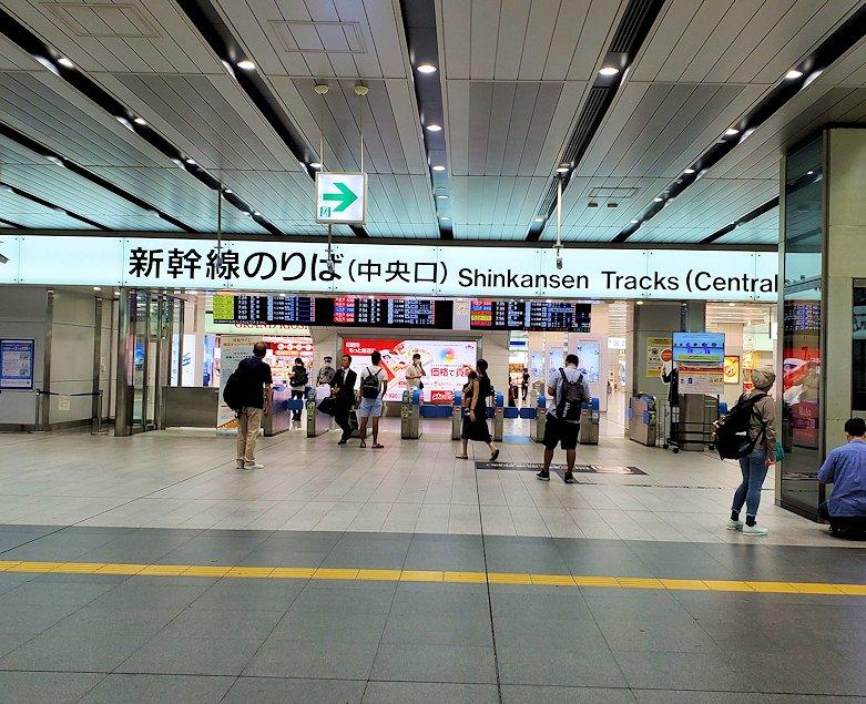 新大阪駅の新幹線乗り場前の様子