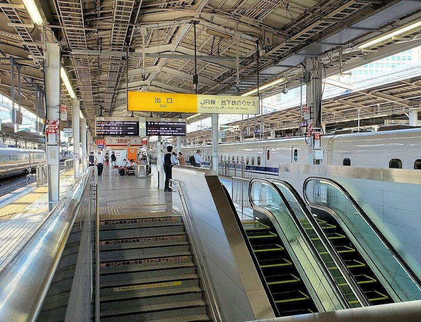 新大阪駅の新幹線乗り場構内の様子
