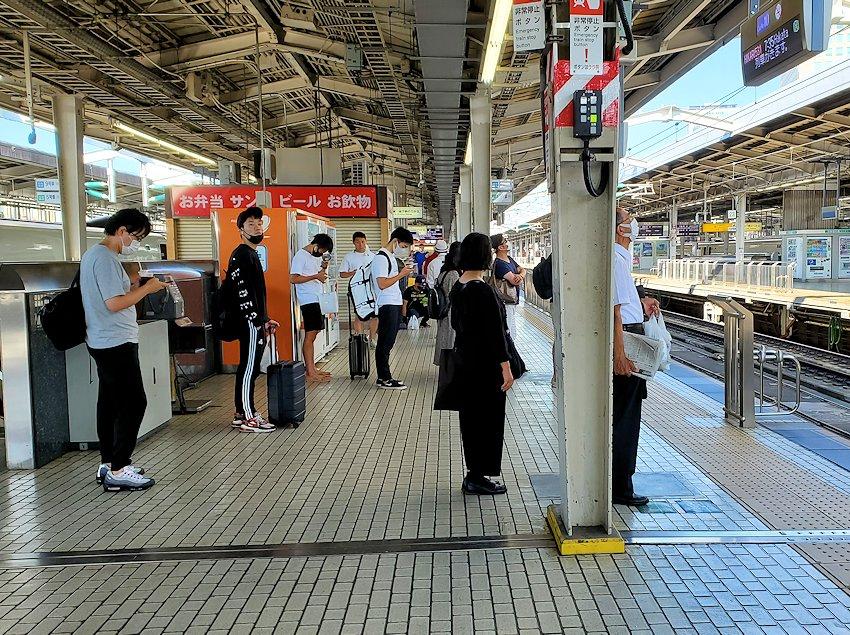 新大阪駅の新幹線乗り場構内の「新大阪」の様子
