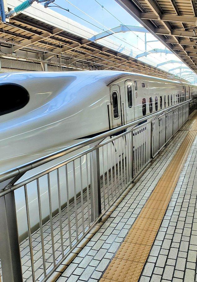 新大阪駅にやって来た、新幹線ひかりの車両-1