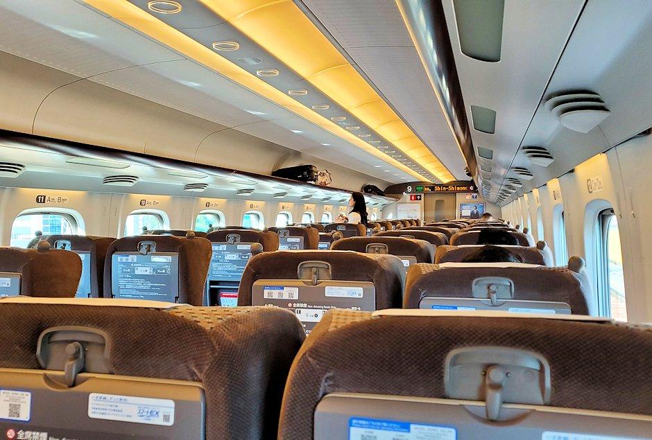 新大阪から北九州へ向かう新幹線グリーン車の車内の景色