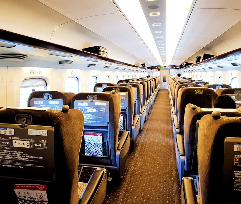 新大阪から北九州へ向かう新幹線グリーン車の車内の景色-2